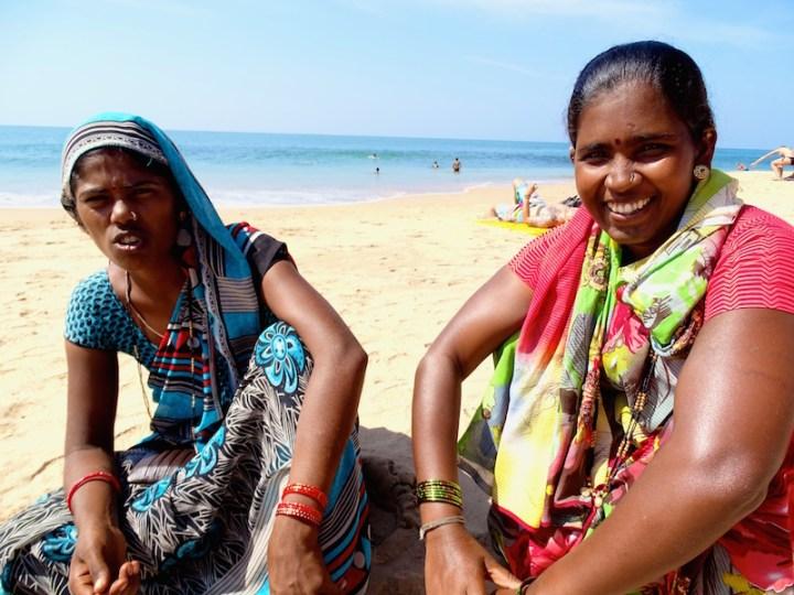 Des vendeuses de bijoux sur la plage a goa en inde