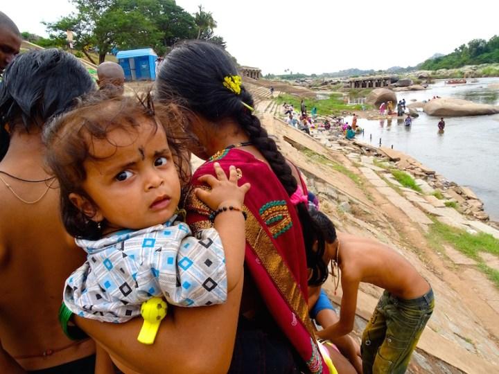 Une petite indienne a Hampi dans le karnataka en Inde