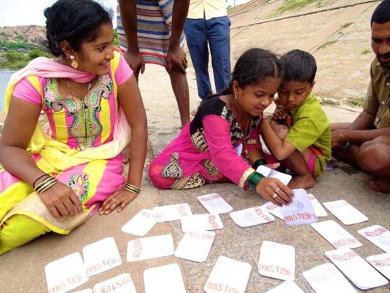 Une fille indienne joue a Hampi dans le karnataka en Inde