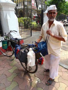 Un porteur de dabbawallahs a Mumbai en Inde