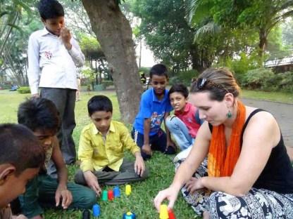 Une touriste joue avec des enfants indien à Mumbai en Inde