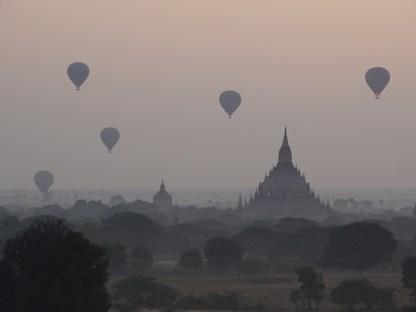 Les montgolfieres au dessus des temples de Bagan au lever du soleil en birmanie