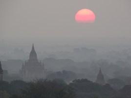 Les temples de Bagan au lever du soleil en birmanie