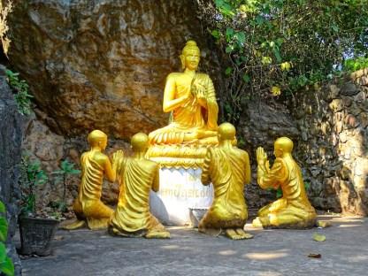 Une statue de bouddha a luang rpprabang au laos