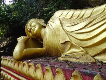 Un statue de bouddha allonge a luang rpprabang au laos