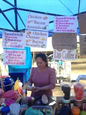 Un stand de sandwich a luang prabang au laos