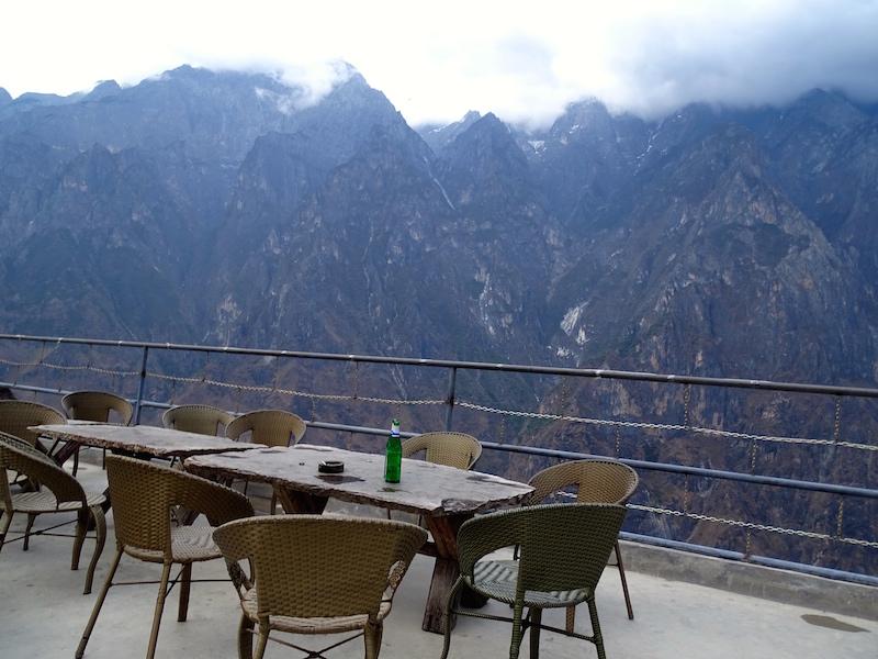 Terrace de l'auberge avec vue sur les montagnes.