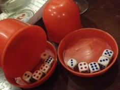Et oui, dans les boites en Chine, on joue aux dés...