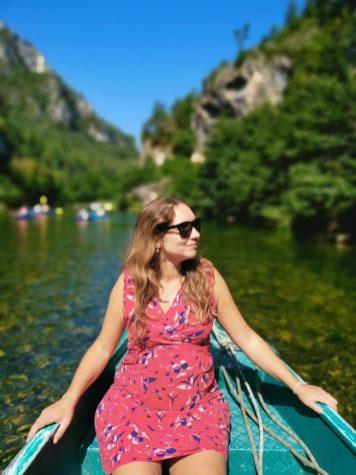 Une femme sur une barque sur le tarn