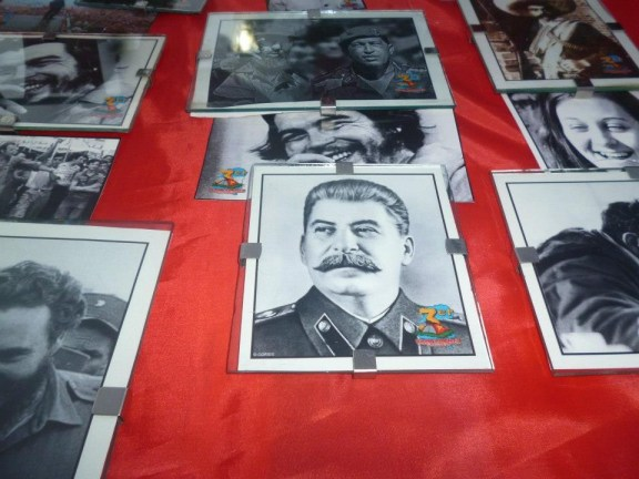 Merchandising son la figura de Stalin y el logo oficial del campamento.