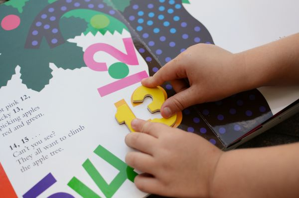Fun number practice game for preschoolers using Chicka Chicka 1, 2, 3