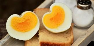 ovo cortado sobre a mesa