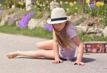 Menica no chão de chapéu