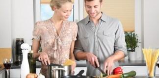 Casal cozinhando