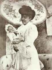 Dona Lucilia Ribeiro dos Santos Corrêa de Oliveira, tendo aos braços seu filho Plinio