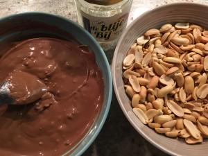 De vloeibare chocolademassa, de gepelde pinda's en honing