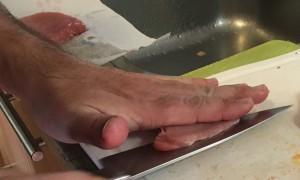 het insnijden van varkensfilet om een cordon blue te maken