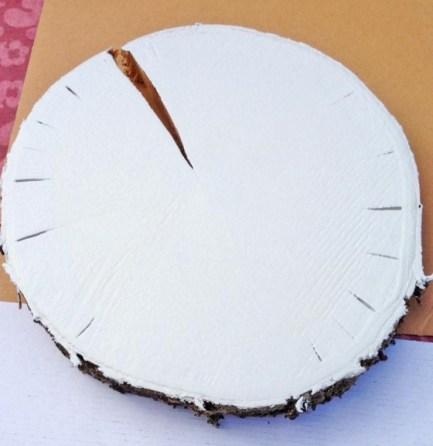 Baumscheibe mit der gewünschten Farbe bemalen - Bild: www.PlusPerfekt.de