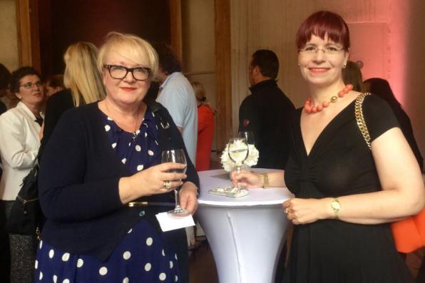 Susanne Gundlach und Barbara Warning von susie knows ... I Hinten links im weißen Blazer: Jutta Siegel-Putzolu von Heine I PlusPerfekt.de