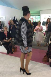 Jacke aus Fell-Imitat und Kleid im selbe Muster auf I Fashion von Studio Untold I PlusPerfekt.de