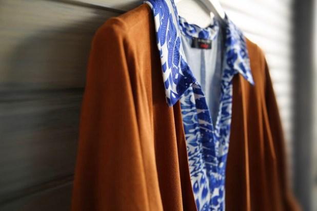 Frühjahrsmode in Plus-Size: Fake-Leder-Jacke von Maxima I Sommerkleid mit kleinem Kragen von Anna Scholz by Sheego