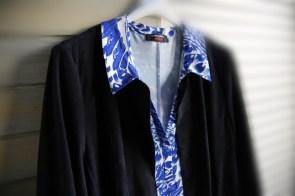 Kleid mit Blumenprint zur blauen Velourjacke