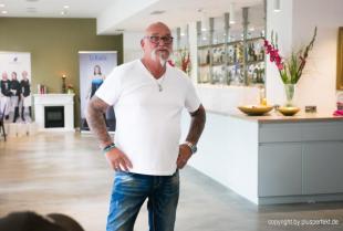Peter beim Casting zur Wahl der Fräulein Kurvig im Indigo-Hotel in Düsseldorf