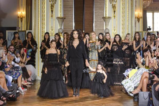 Plus Size Mode bei der Fashion Show von Ewa Minge im Rahmen der Fashion Week Paris