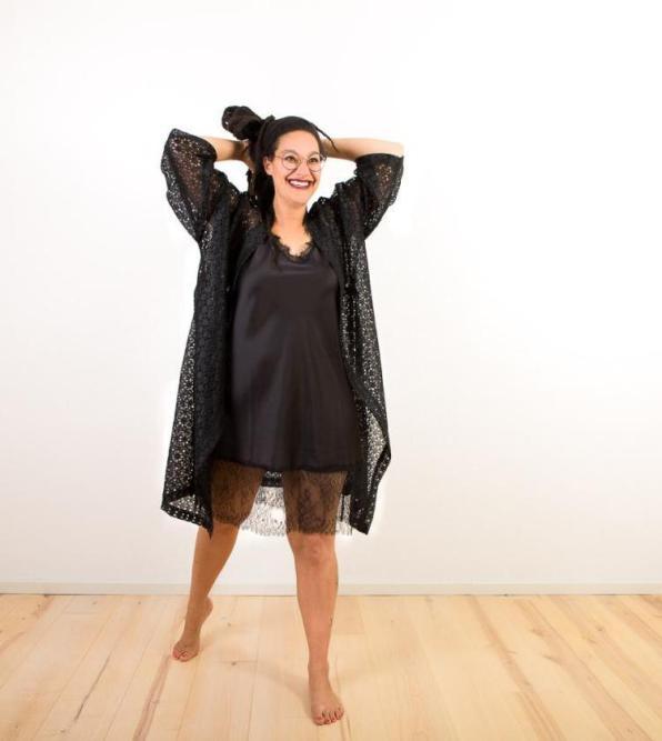 Schwarzer Spitzen-Kimono aus Seide | Credit:KimonoManufaktur.de