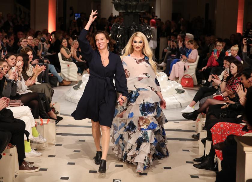 """Finale! Anja Gockel mit einem Model nach der Modenschau zu """"JOY"""""""