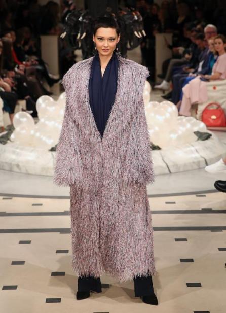 Ein Mantel aus der Anja Gockel Kollektion
