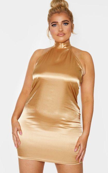 Sarina Nowak trägt ein goldfarbenes Kleid von Pretty Little Thing