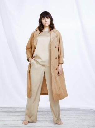 Minimalistisch ... Trenchcoat in Beige, Top und Hose in Nude | Sallie Sahne Spring Summer 2020