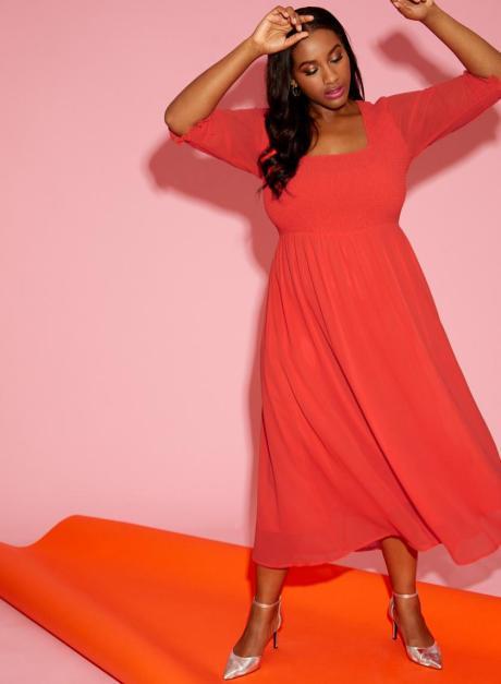 Transparentes rotes Kleid in Plus Size von Anna Scholz