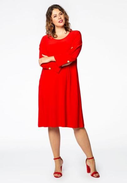 Rotes Hängerkleid mit auffälligen Manschetten