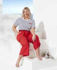 Streifen-Shirt zur roten Culotte | Angelina Kirsch designt Curvy-Mode in Kooperation mit Aldi