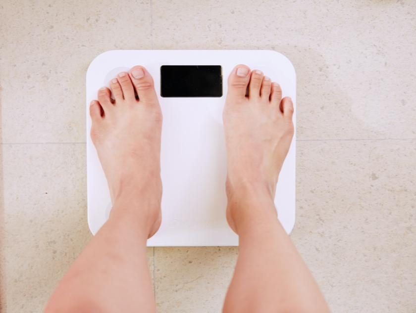 Gewichtskontrolle auf der Personenwaage | Credit: Yunmai | Unsplash