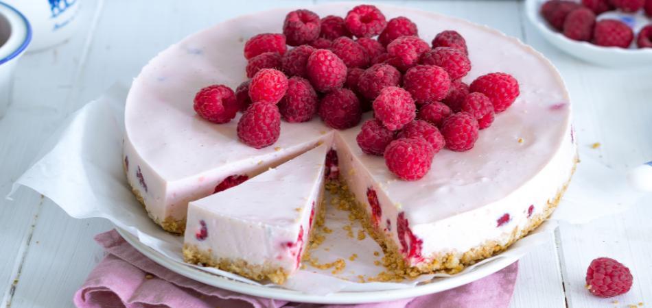 Erfrischende Himbeer-Buttermilch-Torte! Ganz ohne backen
