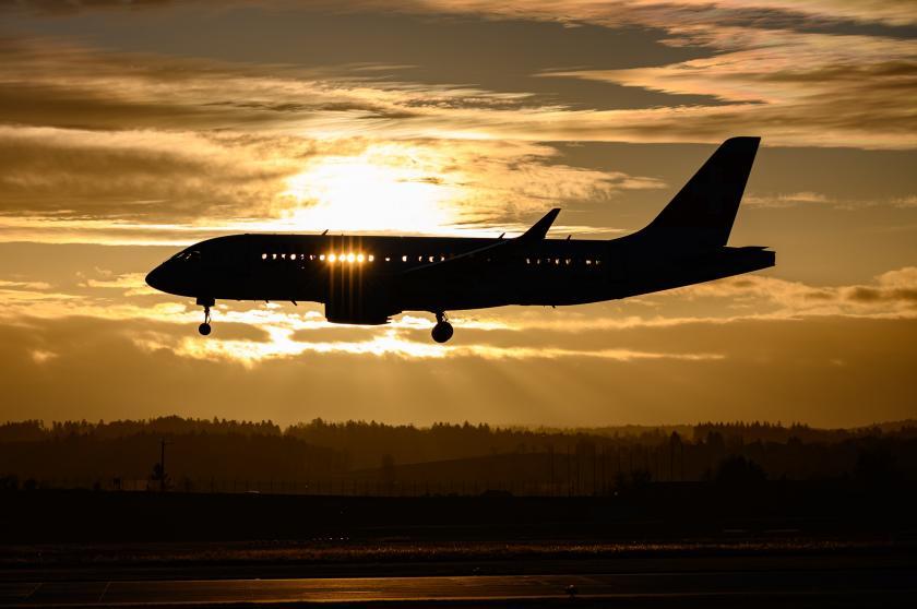 Flugzeug am Nachthimmel | Credit: Stefan Fluck for Unsplash