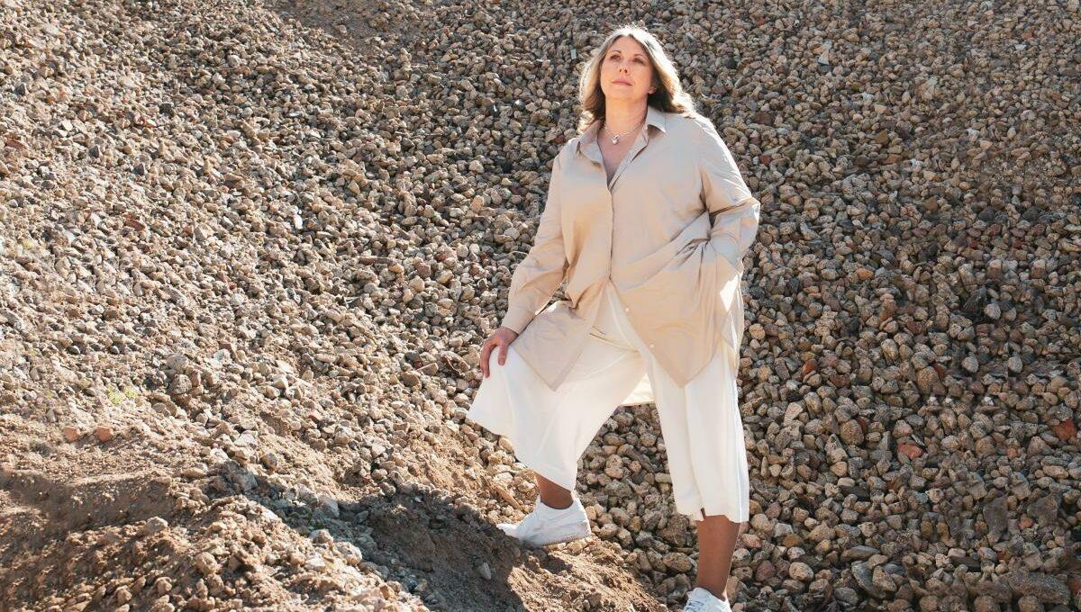 Constanze Weissinger-Zito in einem sommerlichen Look mit Trendfarbe Beige