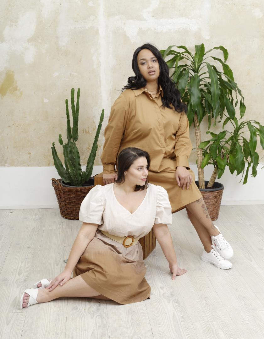 Daniela & Serena (vorne) zeigen Looks der Plus Size Kollektion von CHLENCH