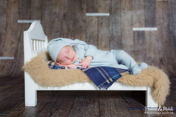 PMP-PHOTOGRAPHE-SEANCE-SHOOTING-NAISSANCE-NOUVEAU-NE-BEBE-CAEN-CALVADOS-PAPA-MAMAN-ENFANT-FAMILLE-PHOTOS-DOMICILE-NORMANDIE-LIT-OURSON-BONNET-1