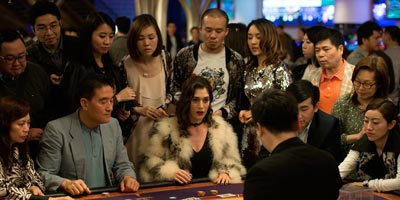 Lizzy Caplan im Casino in Now you see me 2