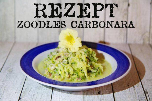 Rezept Zoodles Carbonara auf Holztisch mit Kapuzinerkresse