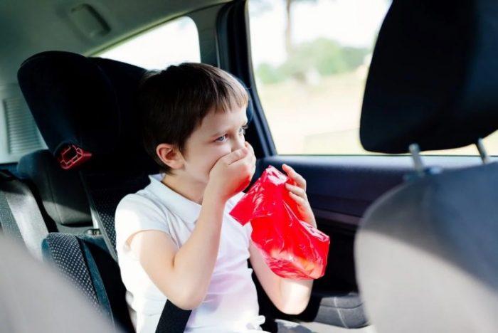 गाडीमा यात्रा गर्दा वान्ता आउछ ? यस्ता छन् घरेलु उपाय