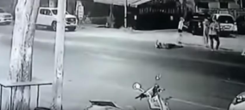गर्लफ्रेण्डले अरुसंग रमाइलो गरेपछि यी व्यक्तिले गरे बिच सडकमै ३ व्यक्तिको हत्या (भिडियोसहित)