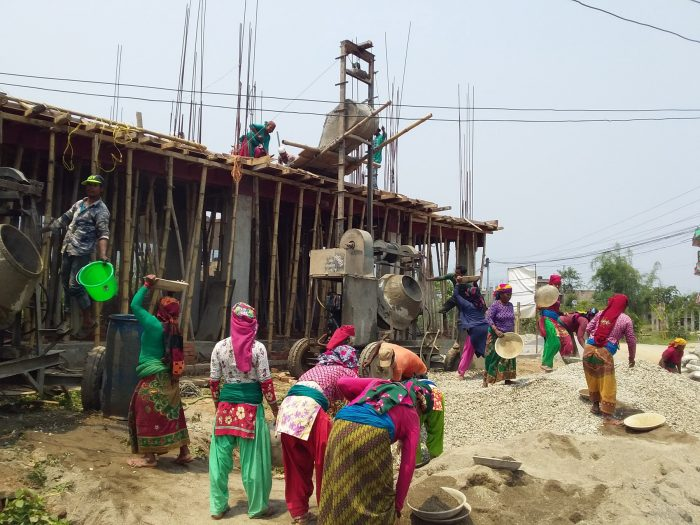 श्रमिक अन्तर्राष्ट्रिय मजदुर दिवसका दिन भवनमा श्रमिकको काम गर्दै महिलाहरु (फोटोफिचर)
