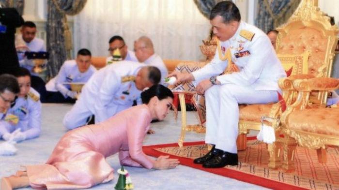 थाइल्याण्डका राजाले आफ्नै बडिगार्डसँग गरे विवाह