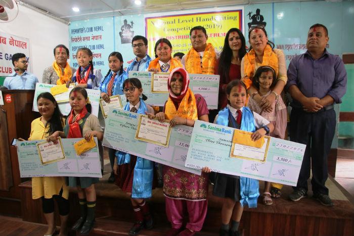 'राष्ट्रियस्तरको हस्तलेखन प्रतियोगिता–२०७६' का विजेताहरु पुरस्कृत