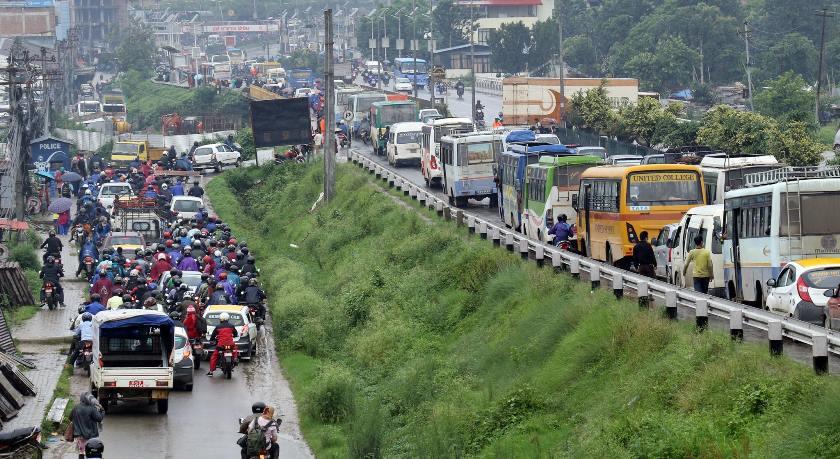 अविरल वर्षाका कारण काठमाडौँ उपत्यकाको ट्राफिक व्यवस्थापन जटिल